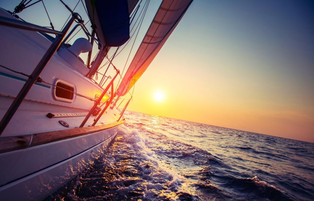 Boot zeilend richting de zon